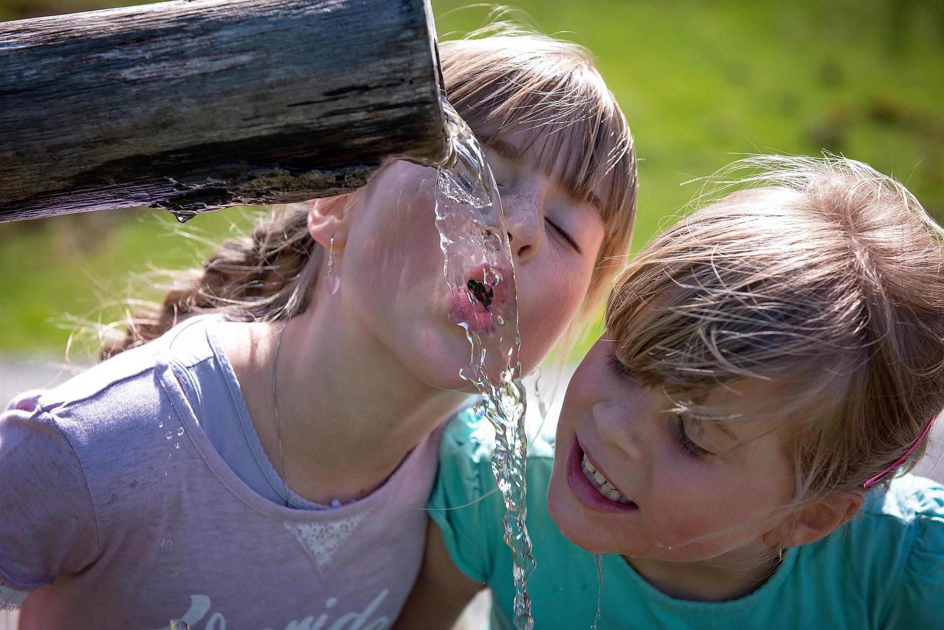 Kinder beim Wassertrinken