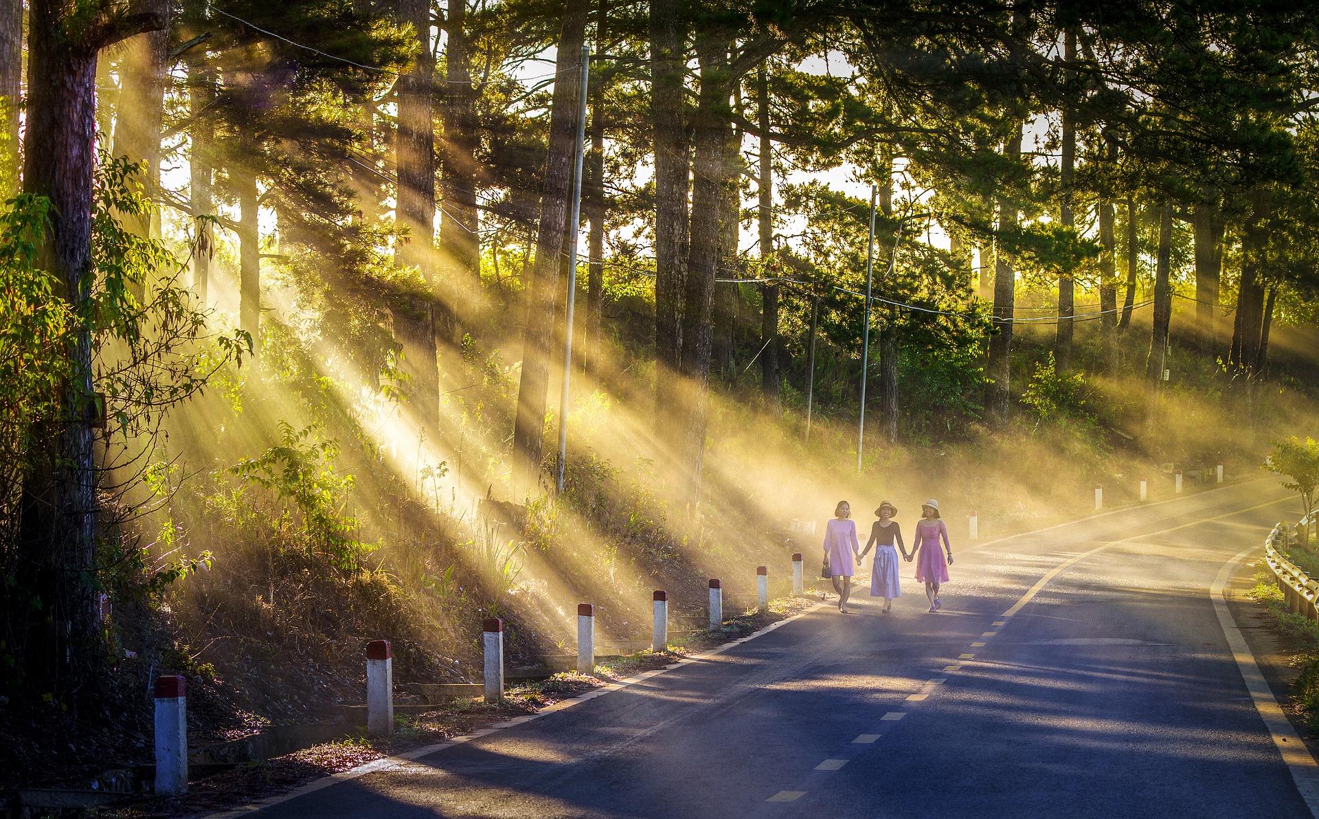 Drei Frauen gehen spazieren